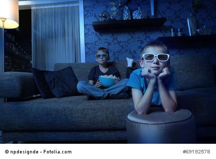 Kinder schauen auf einen Bildschirm