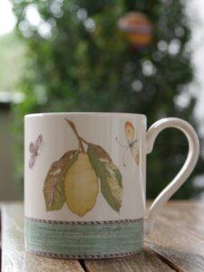 Teepause für mehr Produktivität im Homeoffice - große Teetasse auf der Terrasse